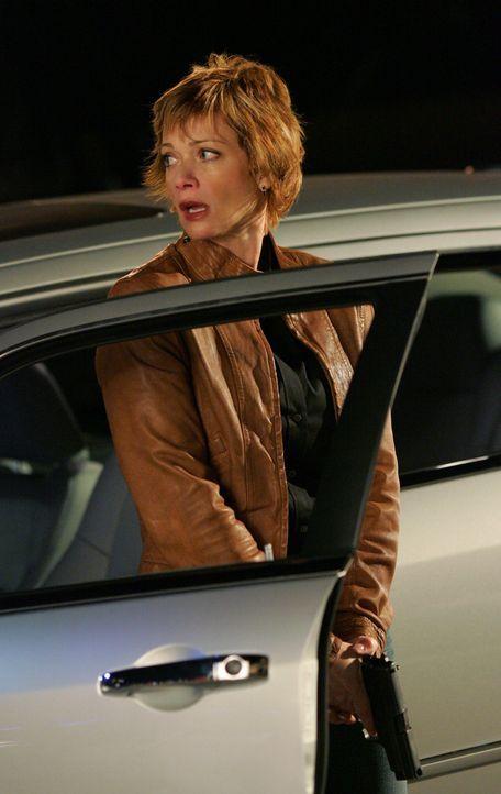 Ein Informant, der Shepard (Lauren Holly) helfen soll, ihren Erzfeind  La Grenouille zu überführen, wird bei einem Treffen mit  ihr erschossen. De... - Bildquelle: CBS Television
