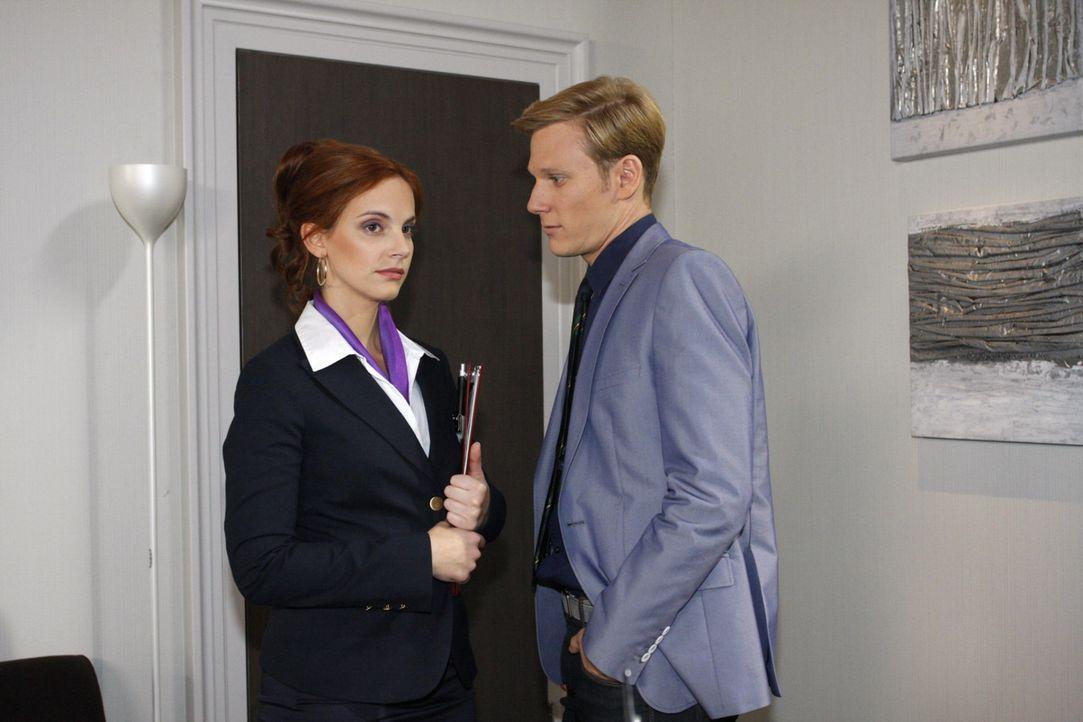 Manu (Marie Zielcke, l.) ist entsetzt, als Philip (Philipp Romann, r.) droht, Marcel zu entlassen, wenn sie nicht für die Fusion stimmt  ... - Bildquelle: SAT.1