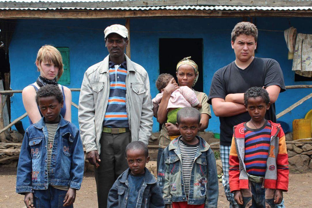 Dennis (hinten r.) und Michelle (hinten l.) mit ihrer äthiopischen Gastfamilie ... - Bildquelle: kabel eins