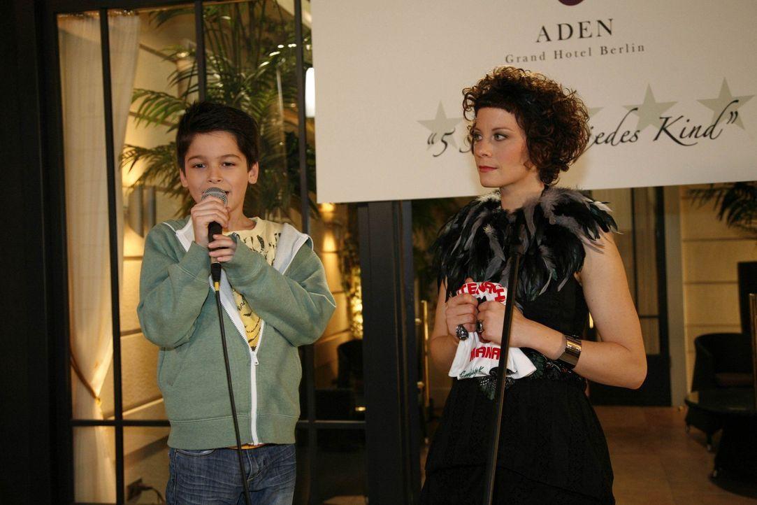 Daniel (Alexander Türk, l.) kommt seiner Mutter bei dem Charity-Event zuvor: Er ergreift selbst das Wort und stellt einiges über Neukölln, sich s... - Bildquelle: SAT.1