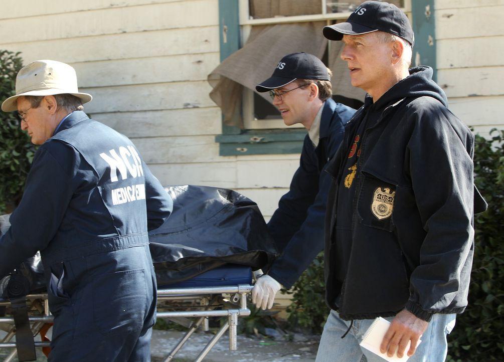 Bei den Ermittlungen: Gibbs (Mark Harmon, r.), Ducky (David McCallum, l.) und Jimmy (Brian Dietzen, M.) ... - Bildquelle: CBS Television