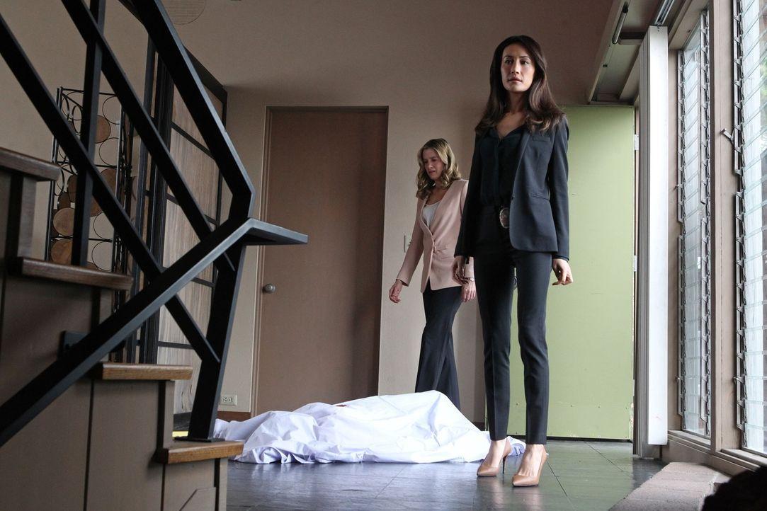 Müssen einen neuen Fall aufklären, bei dem sie ein schrecklicher Verdacht beschleicht: Vicky (Mira Sorvino, l.) und Beth (Maggie Q, r.) ... - Bildquelle: Warner Bros. Entertainment, Inc.