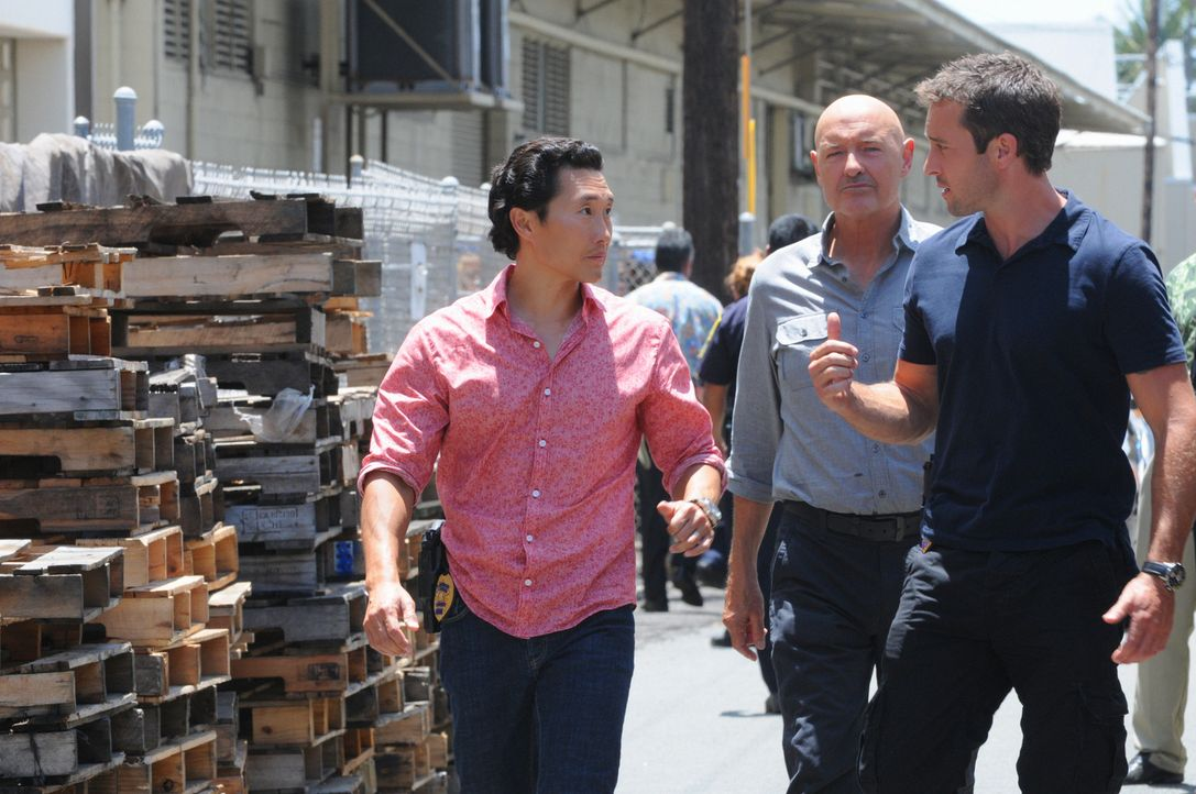 Ein neuer Fall wartet auf Steve (Alex O'Loughlin, r.), Chin (Daniel Dae Kim, l.) und Joe (Terry O'Quinn, M.) ... - Bildquelle: TM &   CBS Studios Inc. All Rights Reserved.