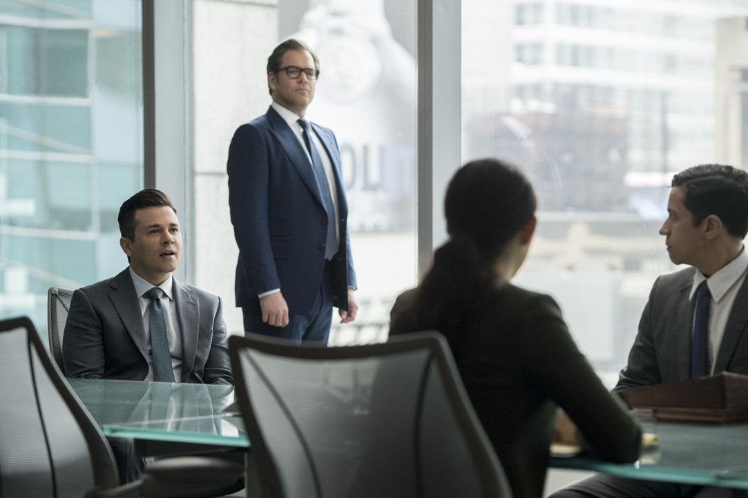 Auch wenn DNA-Analysen angeblich das Gegenteil beweisen - Bull (Michael Weatherly, 2.v.l.) glaubt an Bennys (Freddy Rodriguez, l.) Unschuld. Doch au... - Bildquelle: 2016 CBS Broadcasting, Inc. All Rights Reserved