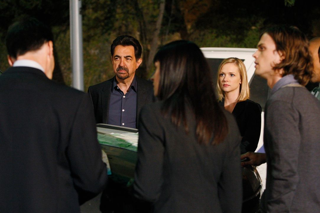 Auf der Suche nach einem Serientäter: Hotch (Thomas Gibson, l.), Rossi (Joe Mantegna, 2.v.l.), Prentiss (Paget Brewster, M.), JJ (AJ Cook, 2.v.r.) u... - Bildquelle: Touchstone Television