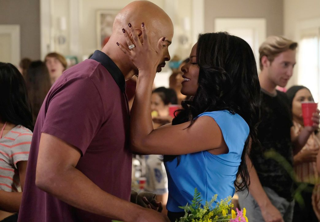 Trish (Keesha Sharp, r.) ist überglücklich, ihren Mann (Damon Wayans, l.) nach einem riskanten Einsatz in Mexiko endlich wiederzusehen. Ihm wird hin... - Bildquelle: Warner Brothers