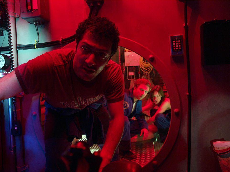 Im Wettlauf mit der Zeit: Eva (Lavinia Wilson, r.), Peter (Hubertus Grimm, M.) und Meeresbiologe Finn (Fahri Ogün Yardim, l.) tauchen in die dunklen... - Bildquelle: ProSieben