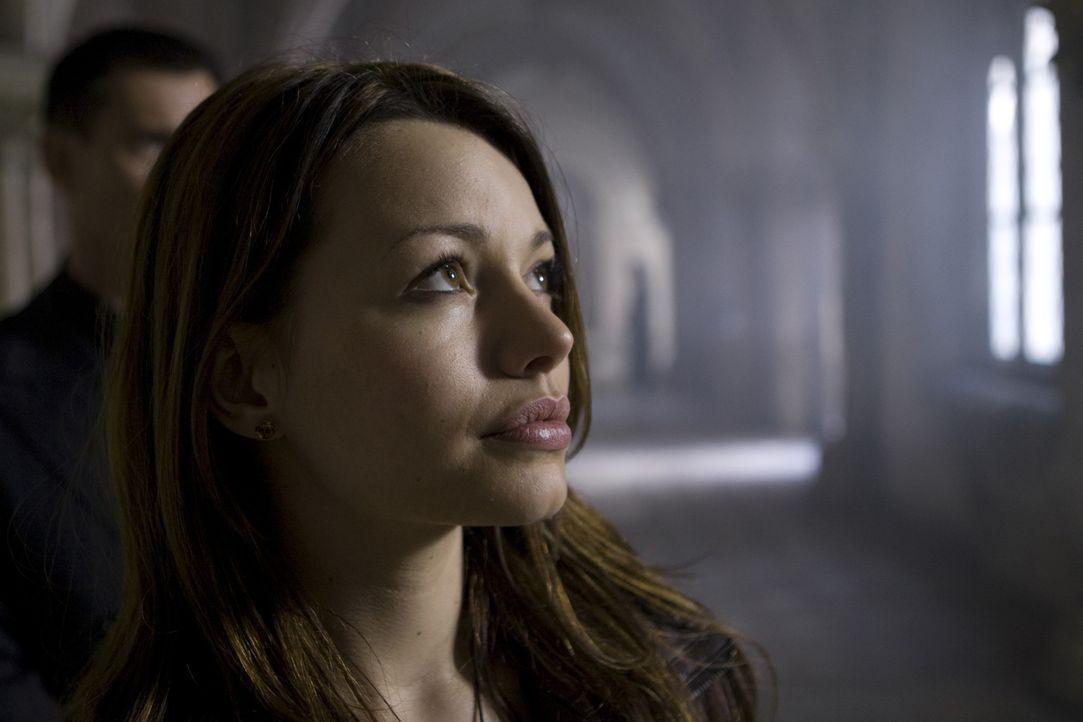 Noch bevor sie die Tragweite ihrer Bestimmung erfasst hat, versuchen dunkle Kräfte sie umzubringen. Doch Johanna (Cosma Shiva Hagen) hat geheimnisvo... - Bildquelle: ProSieben