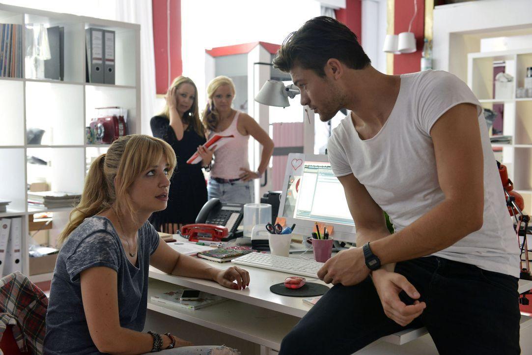 Mila (Susan Sideropoulos, l.) merkt, dass Nick ihr irgendwie fehlt - bis der neue Fotograf Henry (Eugen Bauder, r.) die Redaktion betritt ... - Bildquelle: Oliver Ziebe SAT.1