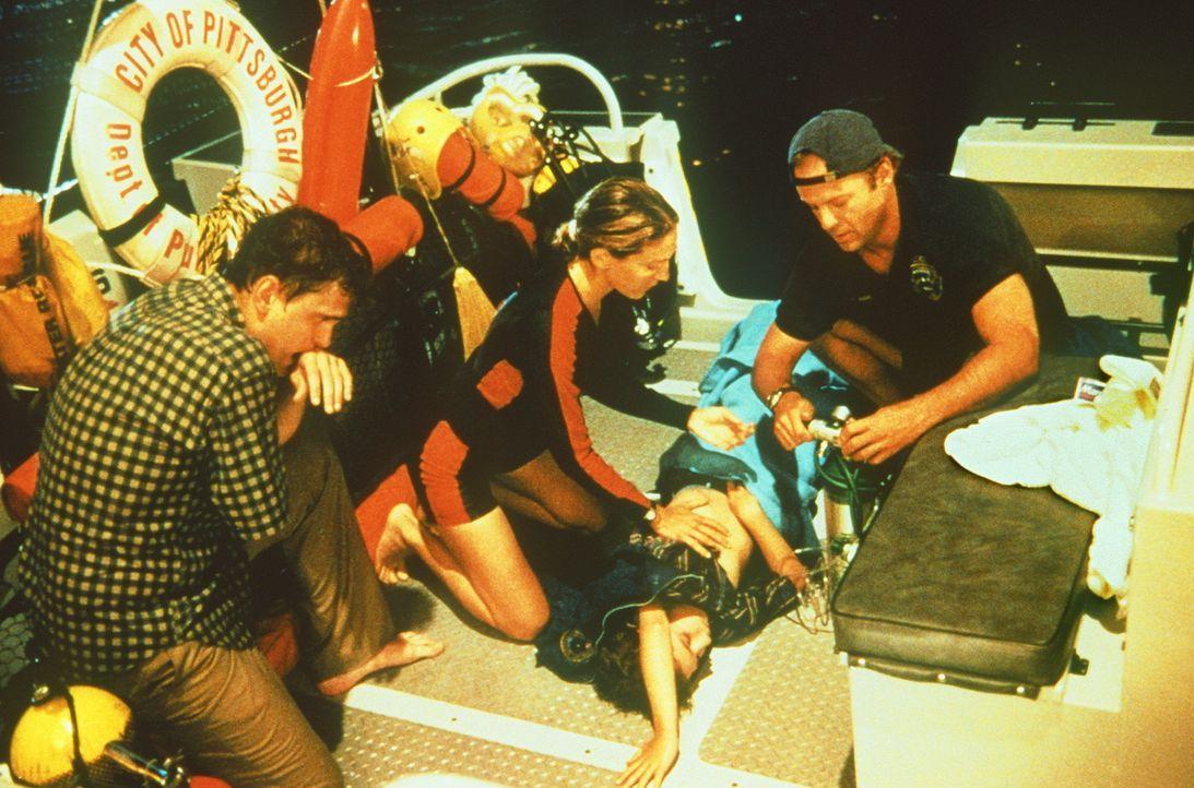 Haben eine neue Leiche gefunden: Wasserschutzpolizist Tom Hardy (Bruce Willis, r.) und seine Kollegin Jo (Sarah Jessica Parker, 2.v.l.) ... - Bildquelle: Columbia Pictures
