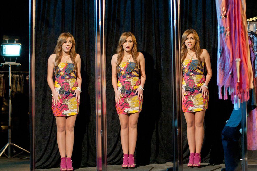 Mit Hilfe einer Stylistin wird die knallharte und burschikose Privatdetektivin Molly Moris (Miley Cyrus) in das verwöhnte College-Girl Brook Stonebr... - Bildquelle: Saeed Adyani Bluefin Productions LLC