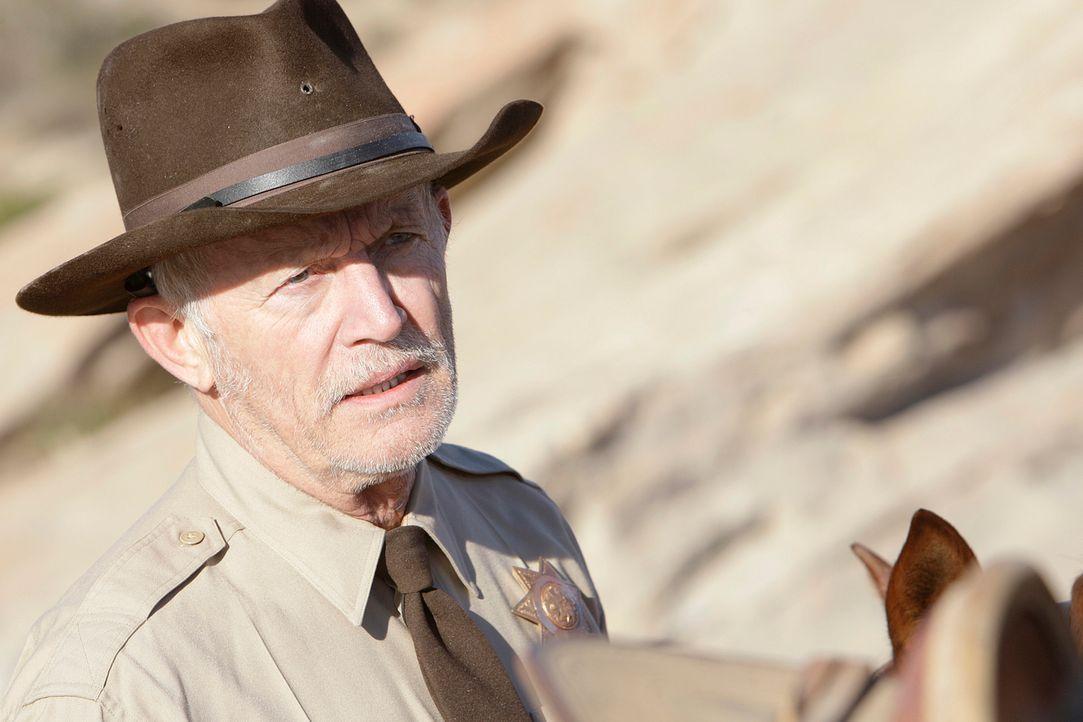 Gemeinsam mit Sheriff Boyd (Lance Henriksen) machen sich Gibbs und Tony auf den Weg, um die Malerin Dina Risi ausfindig zu machen. Doch werden sie e... - Bildquelle: CBS Television