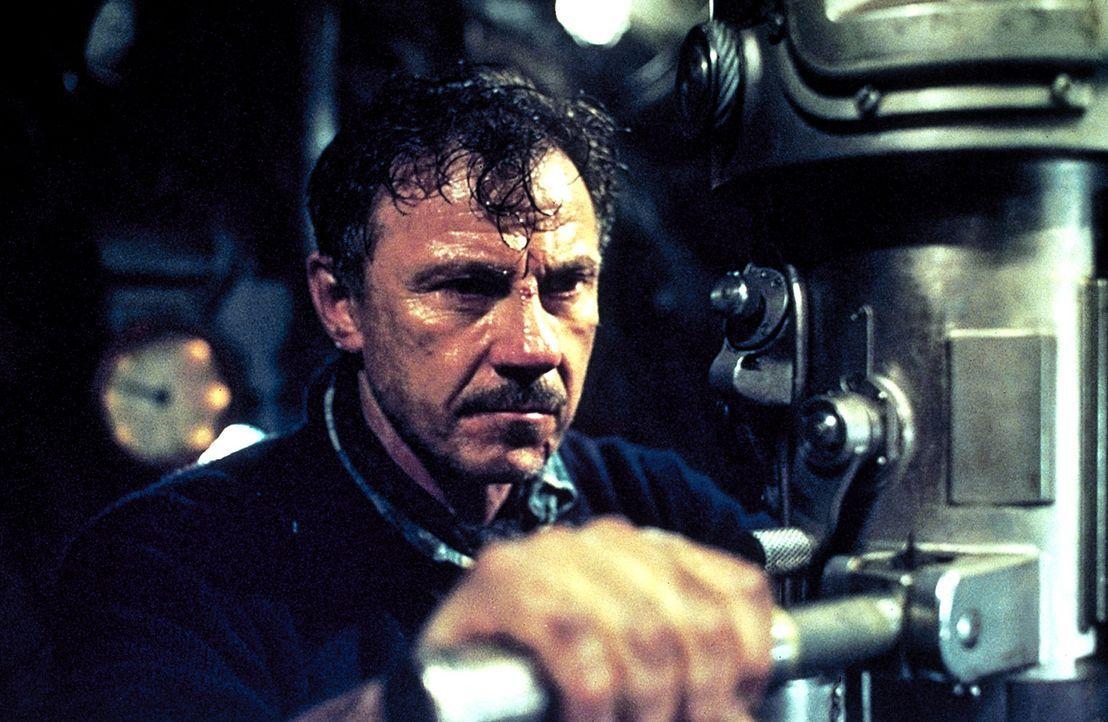Obwohl ihm die Bedienung der U-571 fremd ist, versucht Chief Klough (Harvey Keitel), den Atlantik zu durchqueren. Doch bei dieser Wahnsinnsfahrt mus... - Bildquelle: 2000 Universal Pictures. All Rights Reserved