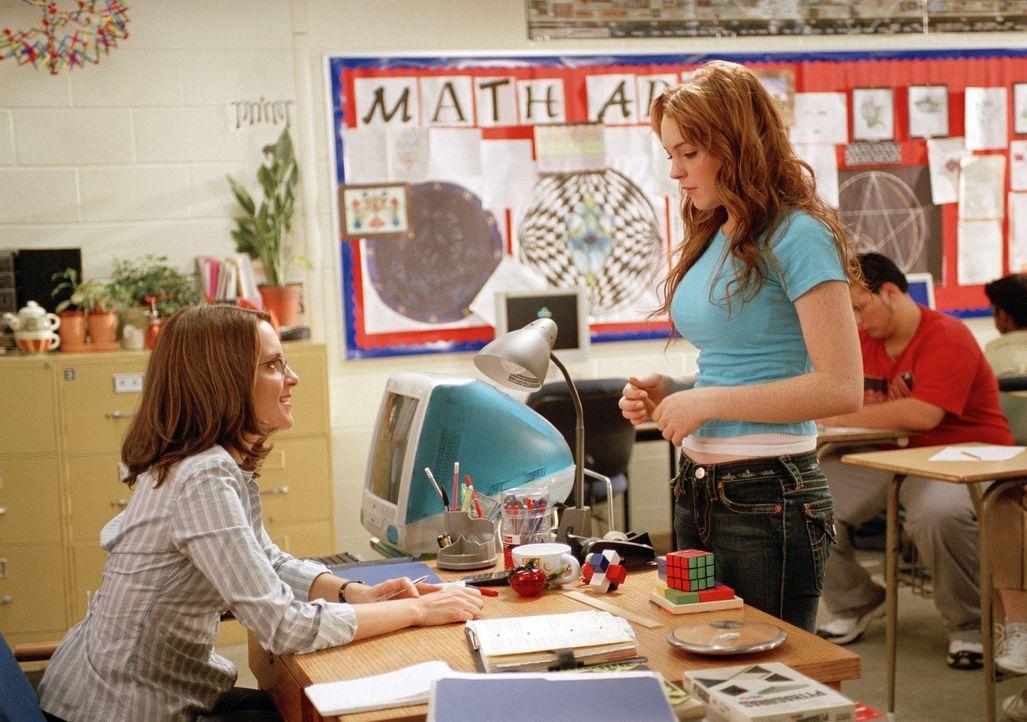 Während die Mathelehrerin Ms. Norbury (Tina Fey, l.) noch an das Gute im Menschen glaubt, hat Cady (Lindsay Lohan, r.) längst begriffen, dass an e... - Bildquelle: Paramount Pictures
