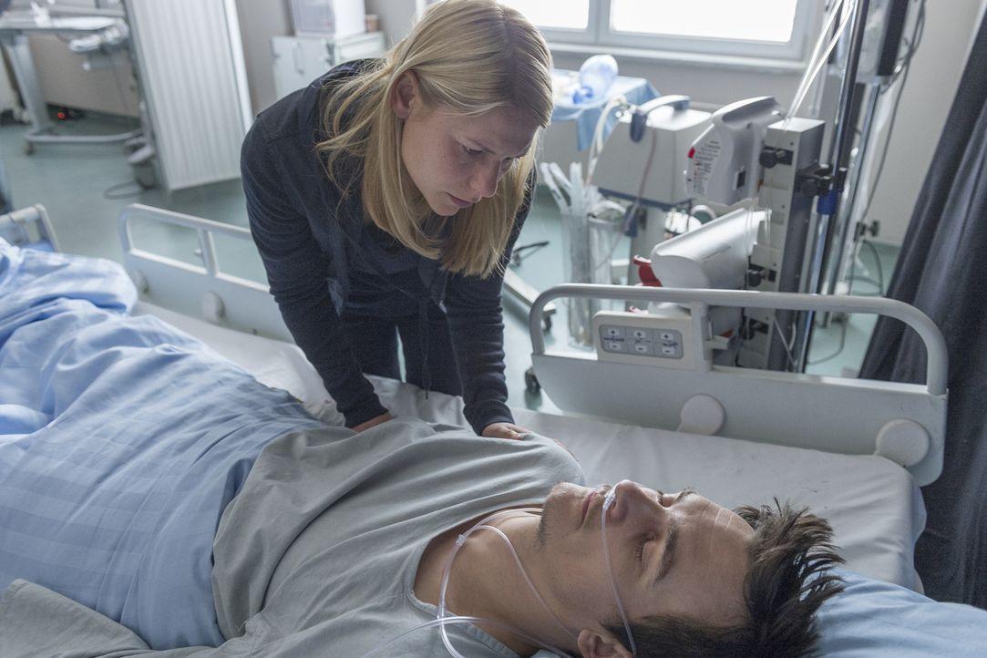 Nach alldem was geschehen ist, macht sich Carrie (Claire Danes, l.) große Sorgen um das Leben von Peter (Rupert Friend, r.) ... - Bildquelle: Stephan Rabold 2015 Showtime Networks, Inc., a CBS Company. All rights reserved.