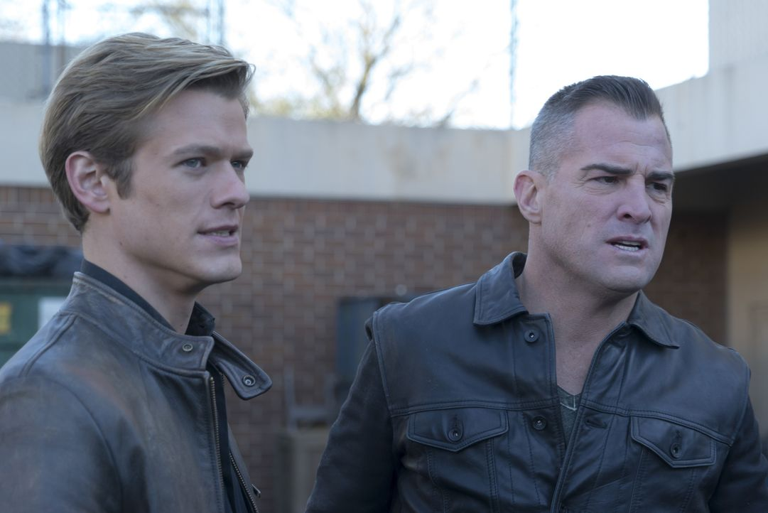Müssen gegen oder mit einer Truppe von Kopfgeldjägern arbeiten: MacGyver (Lucas Till, l.) und Jack (George Eads, r.) ... - Bildquelle: Annette Brown Annette Brown/CBS   2018 CBS Broadcasting, Inc. All Rights Reserved.