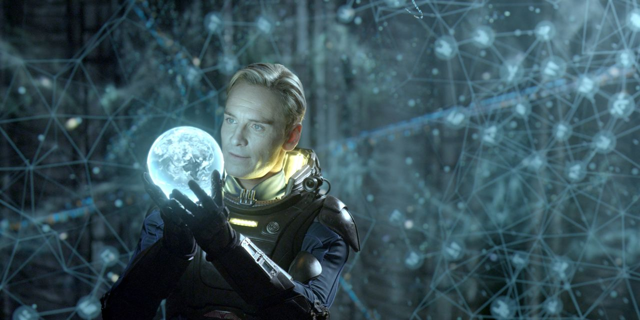 Keiner an Bord des Raumschiffs ahnt, dass David (Michael Fassbender) geheime Befehle erhält, die nicht unbedingt mit dem Ziel der Mission konform ge... - Bildquelle: TM and © 2012 Twentieth Century Fox Film Corporation. All rights reserved.