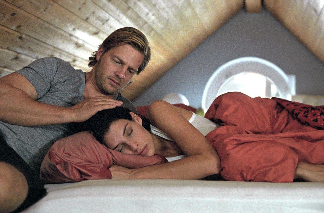 """Leo (Henning Baum, l.) verbucht Ninas (Elena Uhlig, r.) Ambitionen, den Männern abzuschwören, unter dem Stichwort """"Midlife Crisis"""". - Bildquelle: Sat.1"""