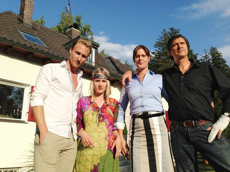 Bringen Magdalena an den Rand der Verzweiflung: Theo (Bernd Dechamps, r.), Rosi (Bente Lay, 2.v.r.), Andrea (Claudia Hinterecker, 2.v.l.) und Tom (S... - Bildquelle: SAT.1