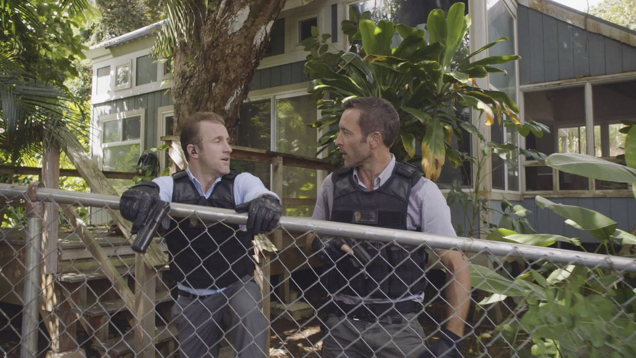 Der scheinbar unaufhaltsame Brandstifter Duclair wütet in der Stadt und fordert ein Opfer nach dem anderen. Das Hawaii Five-0 Team (Scott Caan, l. u... - Bildquelle: 2017 CBS Broadcasting Inc. All Rights Reserved.