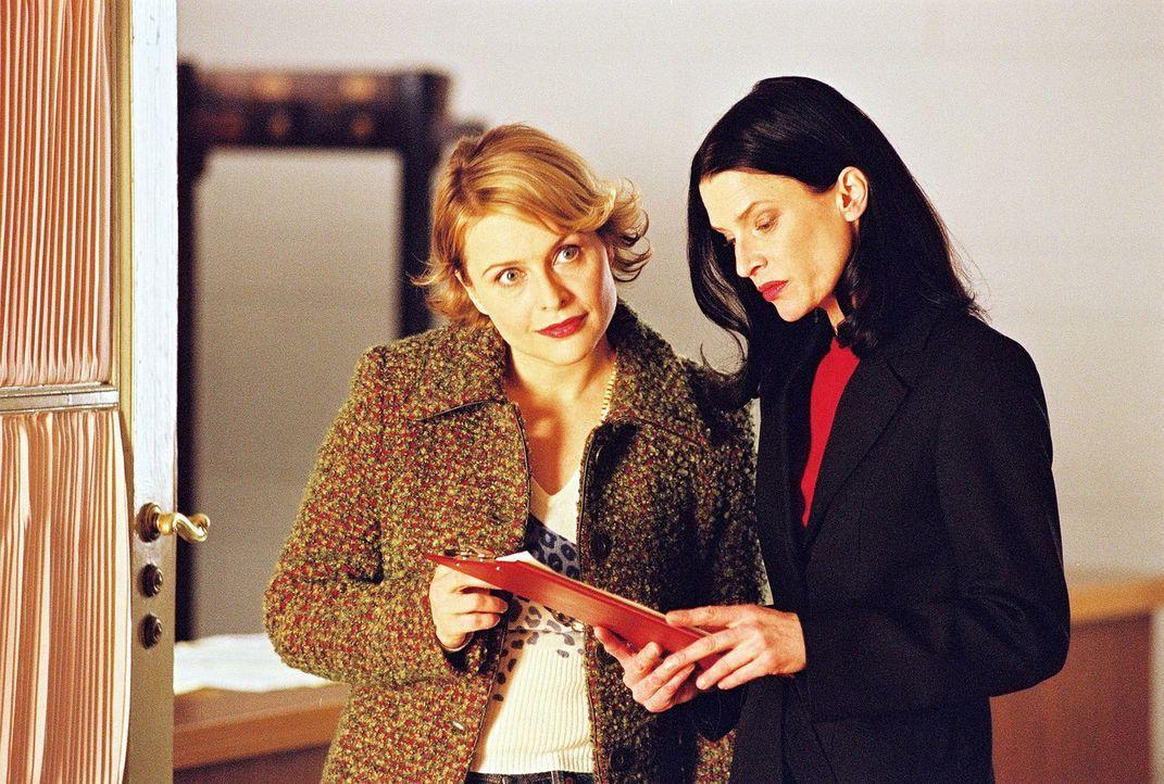Biene (Isabel Tuengerthal, l.) besucht den Veranstaltungsort des Juristenballs und erfährt von der für die Einladungen zuständigen Frau Wagner (K... - Bildquelle: Hardy Spitz Sat.1