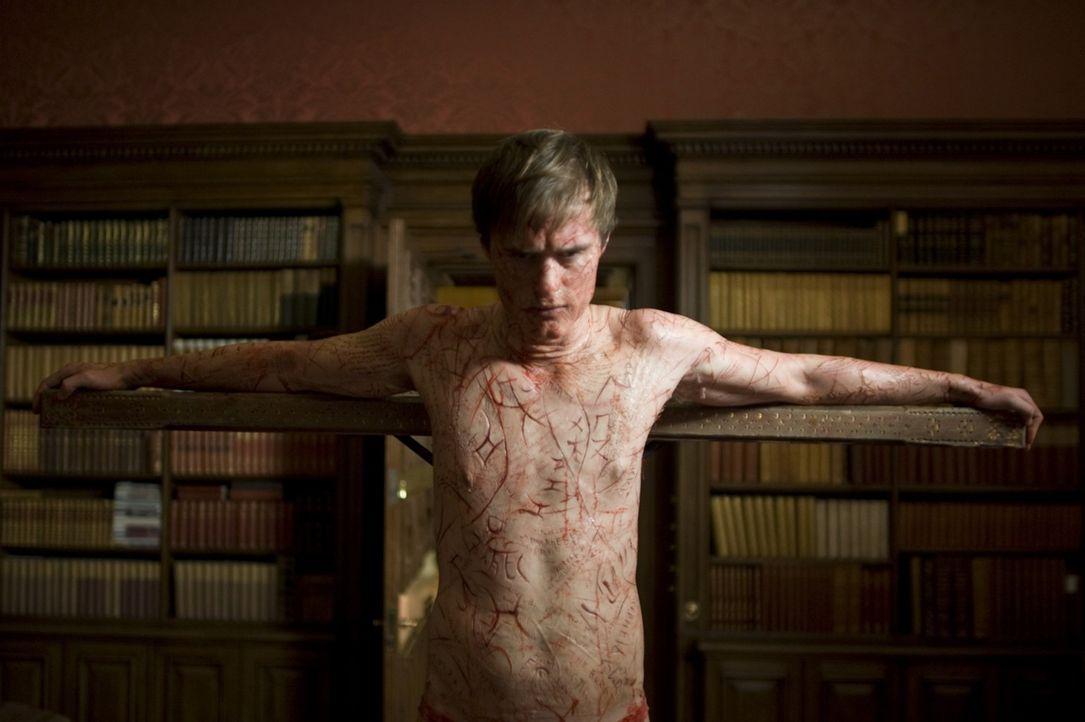 Niemand ahnt, dass Simon McNeal (Jonas Armstrong) keine medialen Fähigkeiten besitzt, sondern die Effekte selbst herstellt. Doch die wirklichen Gei... - Bildquelle: Sunfilm