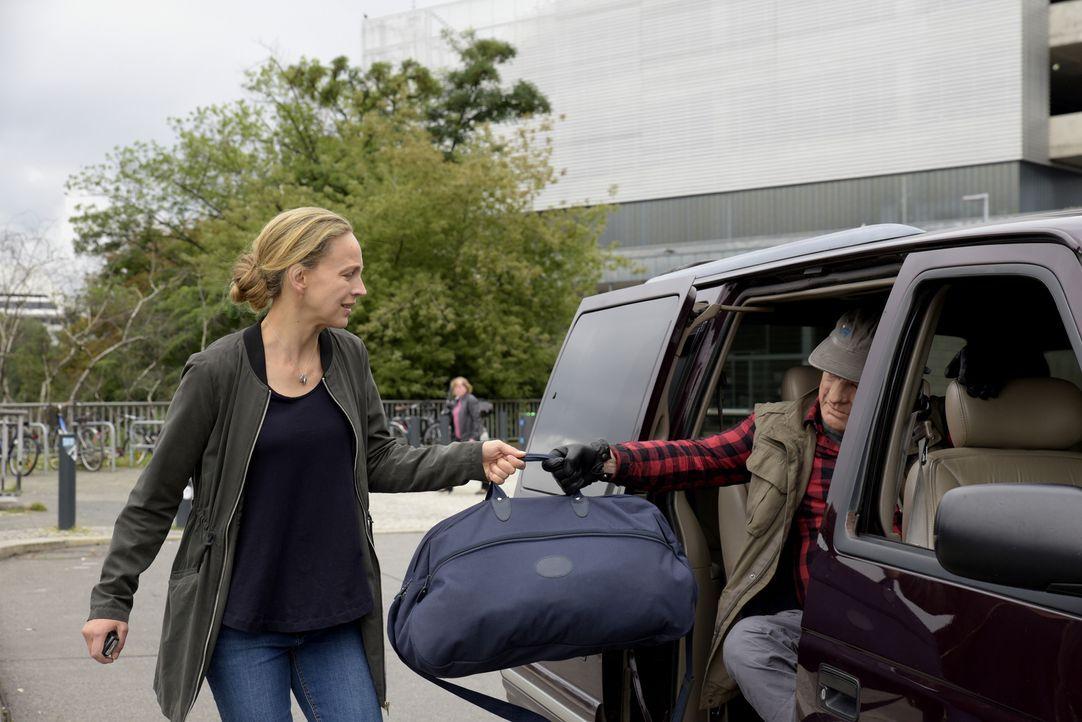 Die Lösegeldübergabe scheitert, als die Polizei Nora (Petra Schmidt-Schaller, l.) und die Entführer (Joan Pascu, r.) aus den Augen verliert. Die kle... - Bildquelle: Christiane Pausch SAT.1