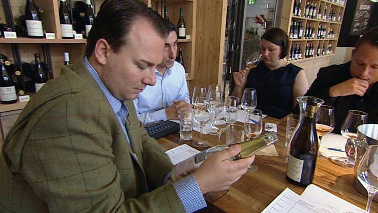 Legen die Weinkarte für das neue Restaurant fest: Tim Raue (l.), seine Frau Marie-Anne (2.v.r.) und ein Teil seines Teams ... - Bildquelle: SAT.1