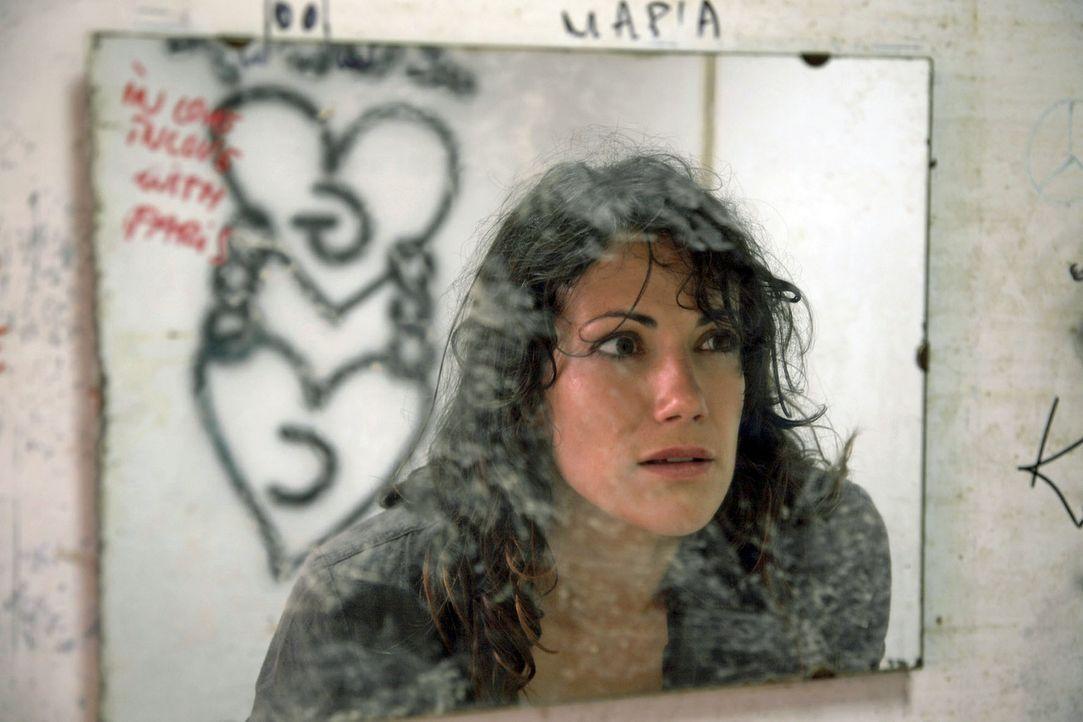 Claudia (Bettina Zimmermann) erstarrt vor Schreck, als sie im Spiegel einer maroden Tankstelle die Initialen C und G entdeckt. - Bildquelle: Xeni Taze Sat.1