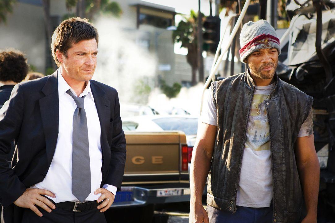 Als Hancock (Will Smith, r.) den PR-Berater Ray Embrey (Jason Bateman, l.) vor dem sicheren Tod bewahrt, kommt diesem eine grandiose Idee. Er will a... - Bildquelle: Sony Pictures