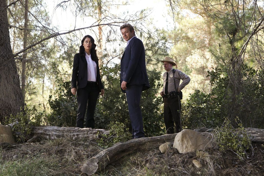 Ermitteln in einem neuen Fall: Teresa Lisbon (Robin Tunney, l.), Sheriff Thomas McAllister (Xander Berkeley, r.) und Patrick Jane (Simon Baker, M.)... - Bildquelle: Warner Bros. Television