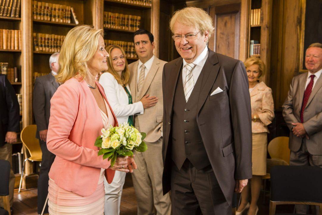 Annes Mutter (Claudia Rieschel, vorne, l.) und Vater (Peter Fricke, vorne, r.) erneuern ihr Ja-Wort im Beisein einiger geladener Gäste ... - Bildquelle: Frank Dicks SAT.1
