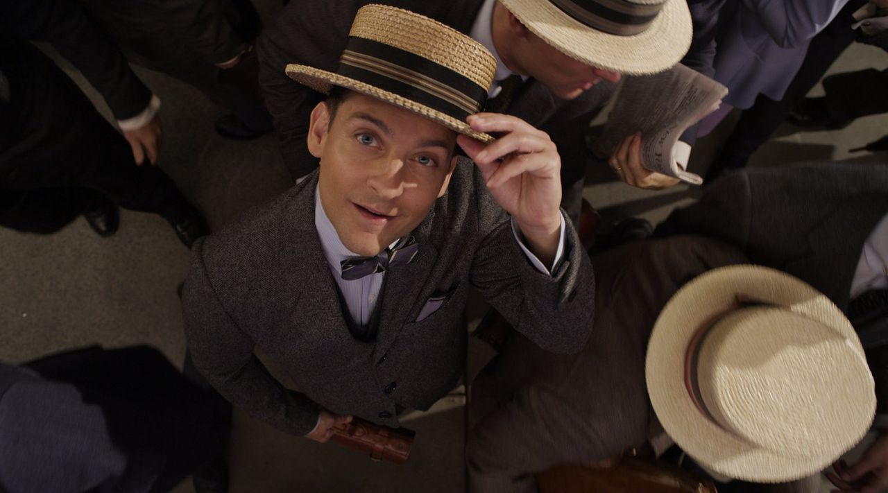 Seine Begegnung mit dem skurrilen Junggesellen Jay Gatsby wird für Nick (Tobey Maguire) zu einer prägenden Erfahrung, die ihn auch viele Jahre späte... - Bildquelle: 2012 Warner Brothers