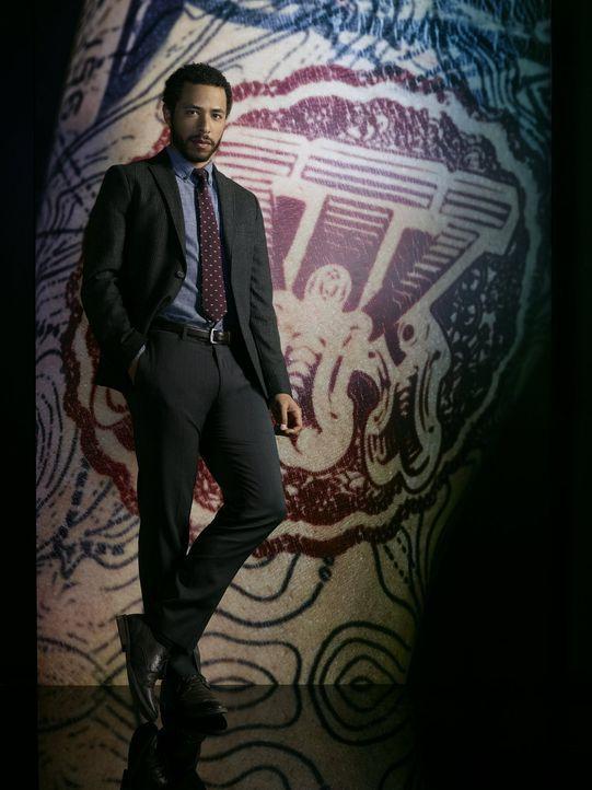 (2. Staffel) - Auch Dr. Borden (Ukweli Roach) weiß nicht, ob Jane auf der Seite des NSA-Teams oder auf der einer mächtigen Terrororganisation steht.... - Bildquelle: Warner Brothers.