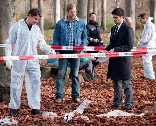 In einem Waldstück wird die Leiche von Silke Hansen gefunden. Schon bald finden Mick (Henning Baum, M.), Andreas (Maximilian Grill, r.) und Meisner... - Bildquelle: Martin Rottenkolber - Sat1