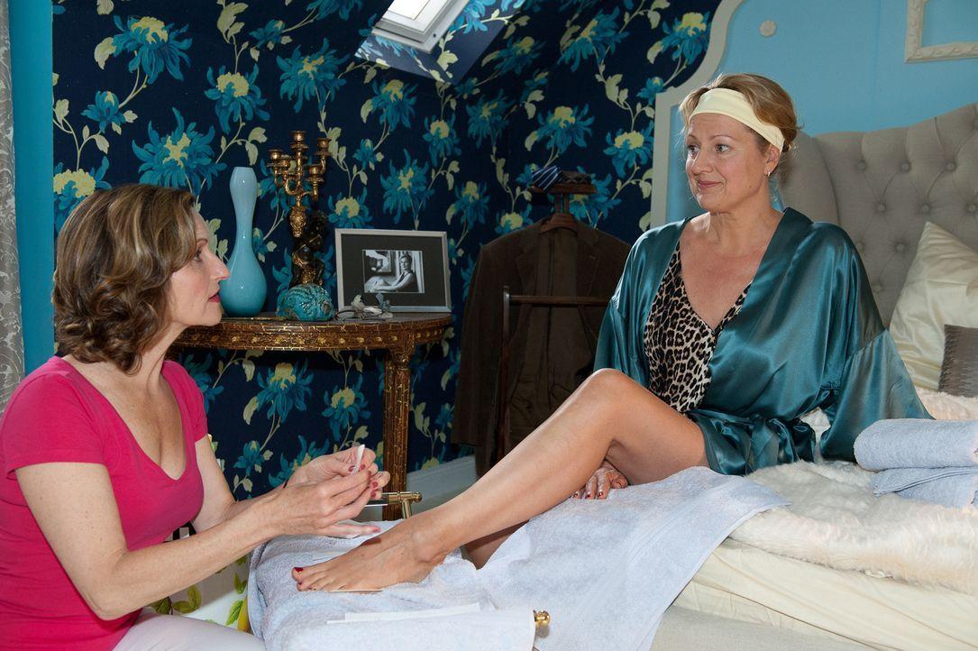 Felicitas (Claudia Lietz, r.) lässt sich von Sylvia (Eva Mannschott, l.) für das Duell der Schwiegermütter verschönern ... - Bildquelle: Oliver Ziebe SAT.1