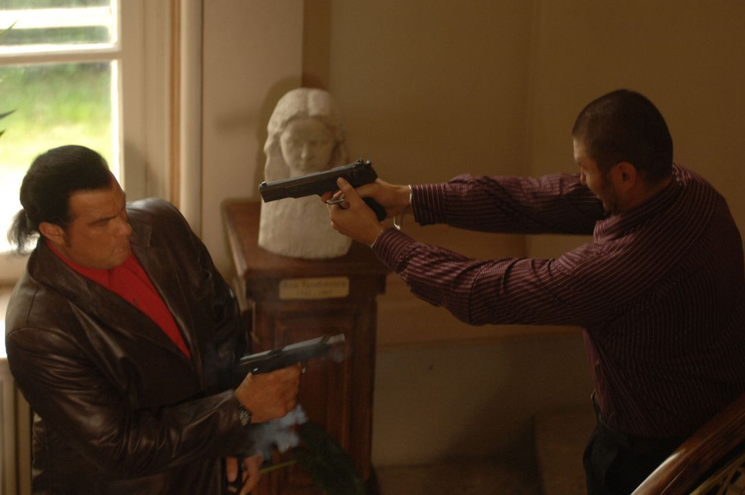 Auch mit einer Pistole in der Hand ist man Jack Foster (Steven Seagal, l.) nicht unbedingt überlegen ... - Bildquelle: 2006 Micro Fusion 2005-1 LLP. All rights reserved.
