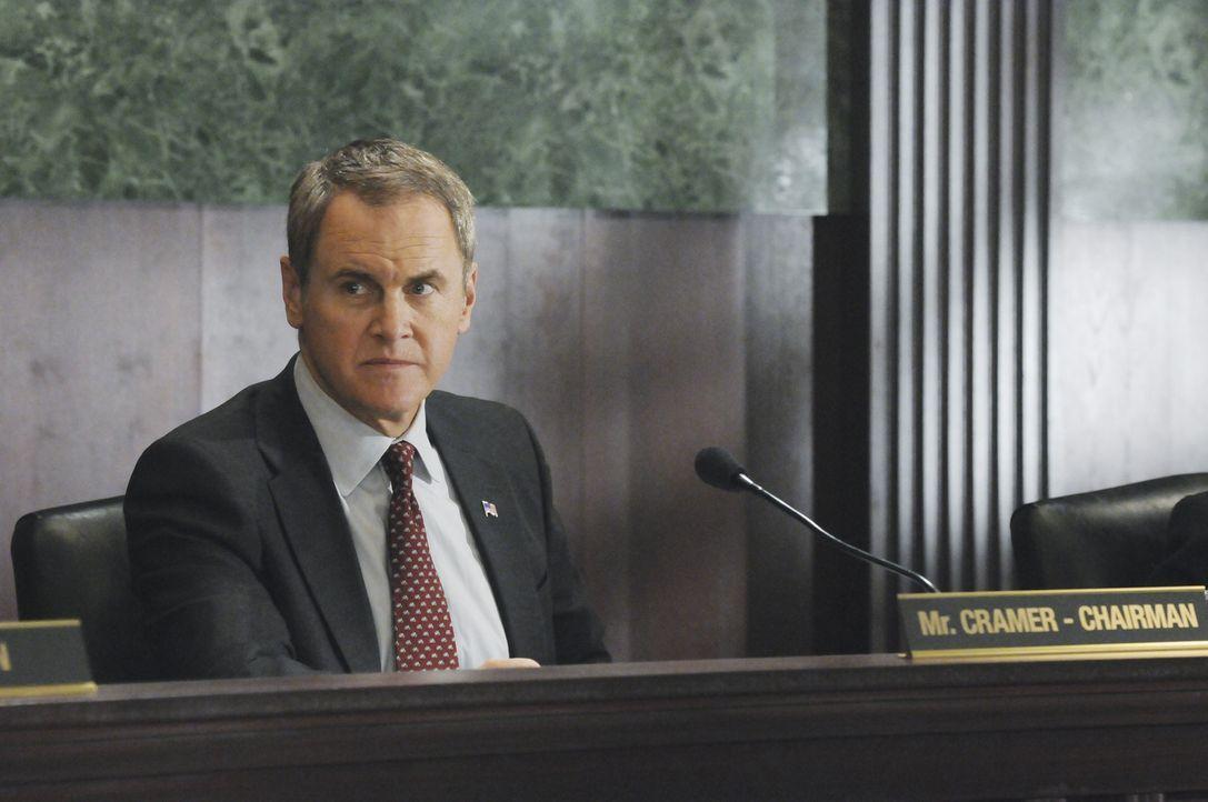 Das Team muss sich bei Senator Cramer (Mark Moses) für einen fehlgeschlagenen Einsatz verantworten ... - Bildquelle: ABC Studios