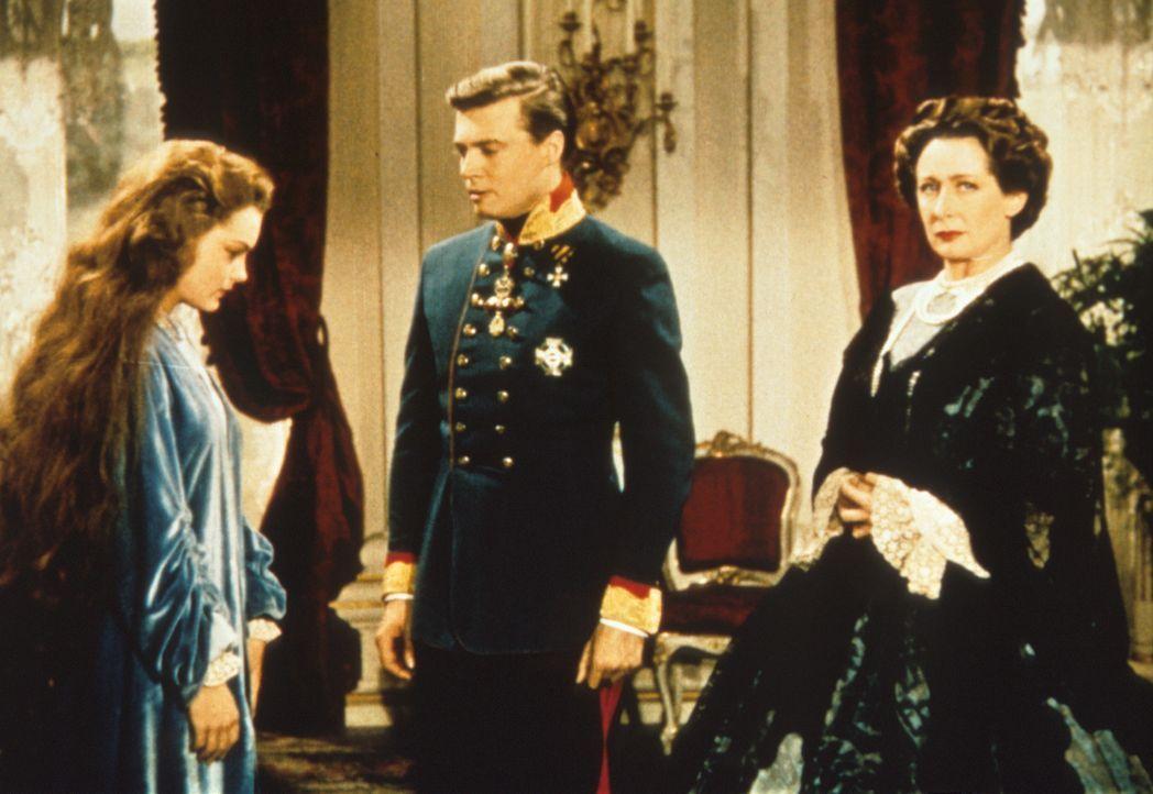Erzherzogin Sophie (Vilma Degischer, r.) kann die eigensinnigen Entscheidungen ihres Sohnes (Karlheinz Böhm, M.), die junge Prinzessin Sissi (Romy... - Bildquelle: Herzog-Filmverleih