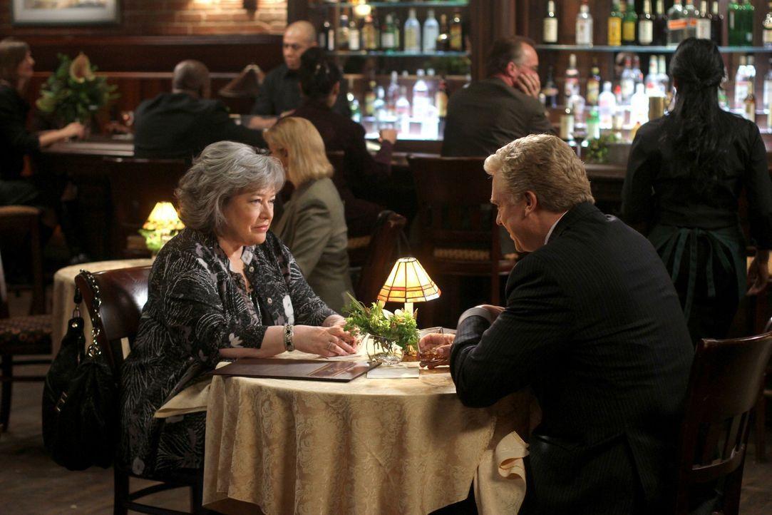 Während Adam versucht sich von Chunhua zu trennen weil er zurück zu Rachael will, genießt Harriet (Kathy Bates, l.) ein gemeinsames Essen mit Tho... - Bildquelle: Warner Bros. Television