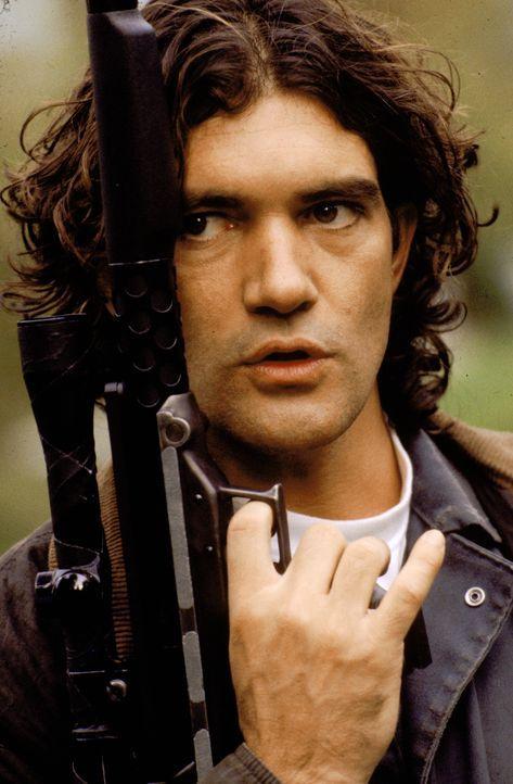 Der junge, skrupellose Miguel Bain (Antonio Banderas) will den alternden Konkurrenten Robert Rath ausschalten und die neue Nummer eins unter den Pro... - Bildquelle: Warner Bros. Television