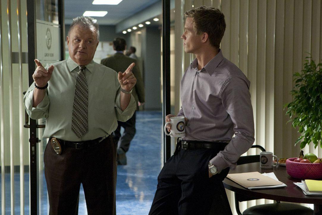 Ein neuer Fall beschäftigt Wes (Warren Kole, r.) und Captain Sutton (Jack McGee, l.) ... - Bildquelle: 2012 USA Network Media, LLC