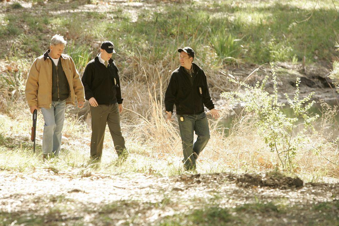 Im Shenandoah National Park wird die von einem Bären angefressene Leiche eines Petty Officers gefunden. Gibbs (Mark Harmon, l.), McGee (Sean Murray... - Bildquelle: CBS Television