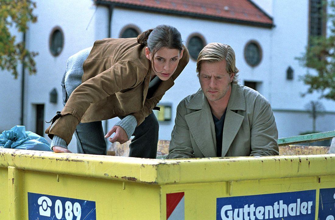 Um das Geheimnis eines ermordeten Hausmeisters offenzulegen, müssen Nina (Elena Uhlig, l.) und Leo (Henning Baum, r.) sogar in einen Müllcontainer... - Bildquelle: SAT.1