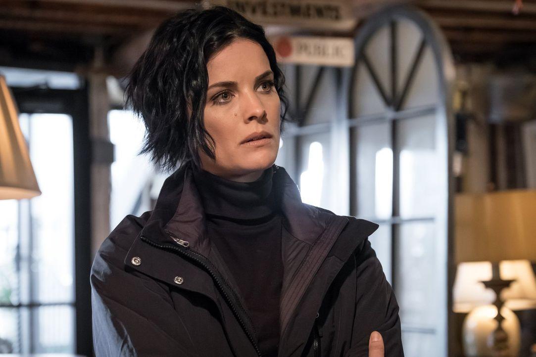 Während Jane (Jaimie Alexander) immer wieder von Erinnerungen der Gedenkfeier ihres vermeintlichen Todes gequält wird, begibt sich Patterson mit ihr... - Bildquelle: Warner Brothers