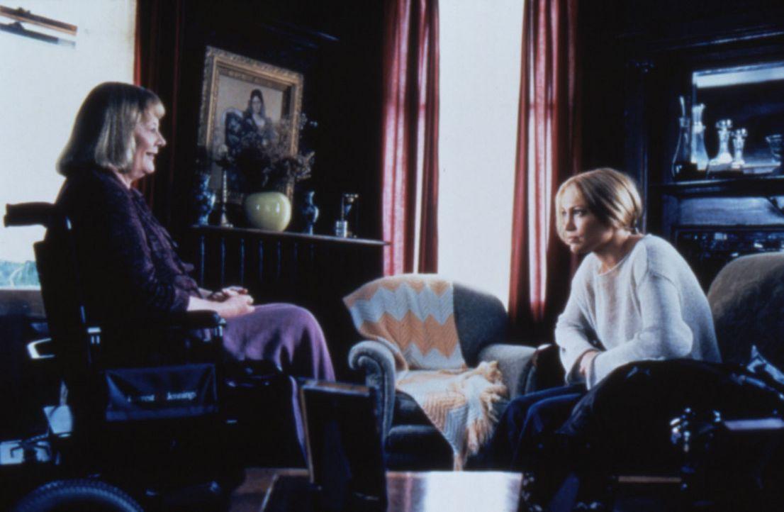 Mysteriöse Schatten der Vergangenheit: Kann Elanora Davis (Shirley Knight, l.) Sharon (Jennifer Lopez, r.) helfen, James Geheimnis zu enträtseln? - Bildquelle: Warner Bros.