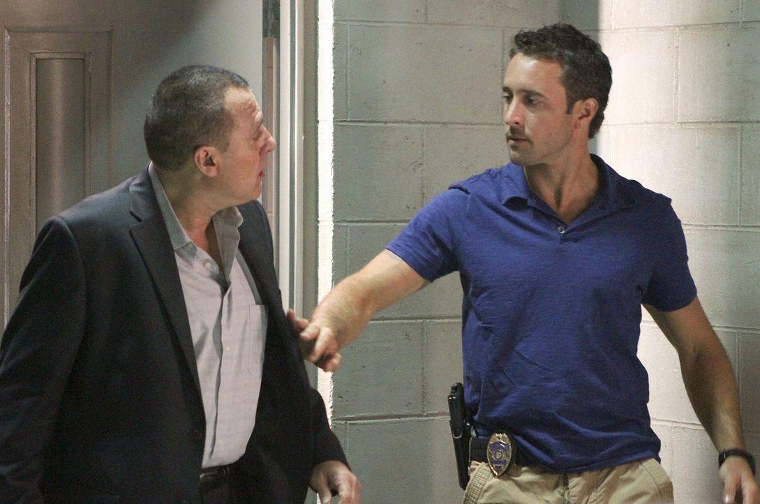 Kono scheint mit Gangsterboss Delano unter einer Decke zu stecken. Doch nach und nach stellt sich heraus, dass sie von Fryer (Tom Sizemore, l.) zu e... - Bildquelle: TM &   CBS Studios Inc. All Rights Reserved.