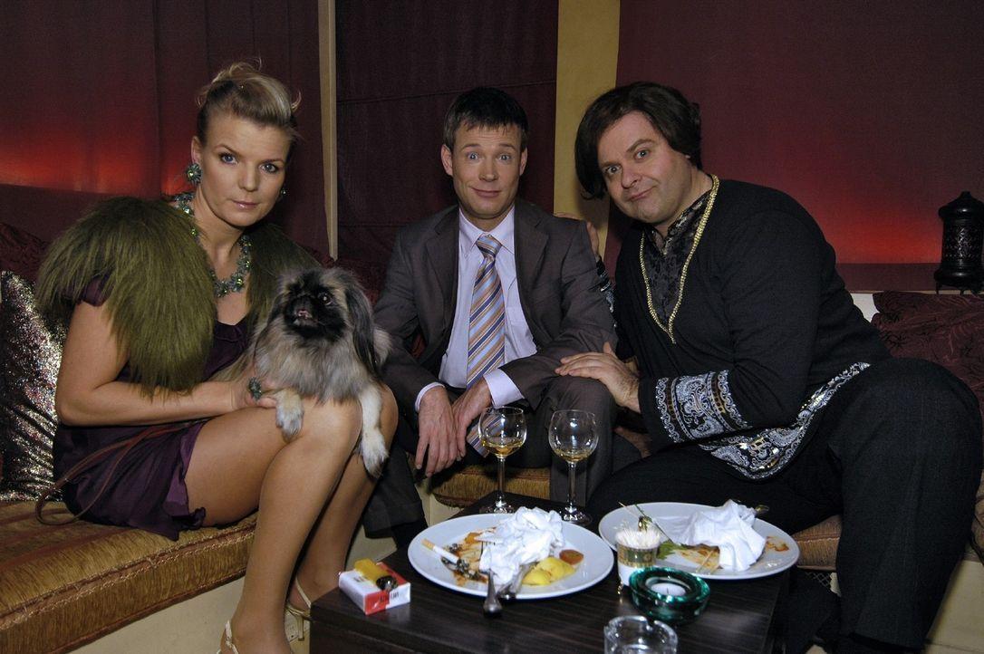 Mirja (Mirja Boes, l.) und Mathias (Mathias Schlung, M.) werden im Orientrestaurant vom Chef (Markus Majowski, r.) persönlich betreut. - Bildquelle: Sat.1