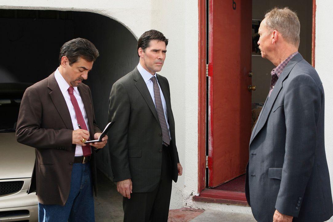 Während Hotch (Thomas Gibson, M.) mit Det. Yarbough (Michael O'Neill, r.) am Tatort über den Fall spricht, schreibt Rossi (Joe Mantegna, l.) immer n... - Bildquelle: Touchstone Television