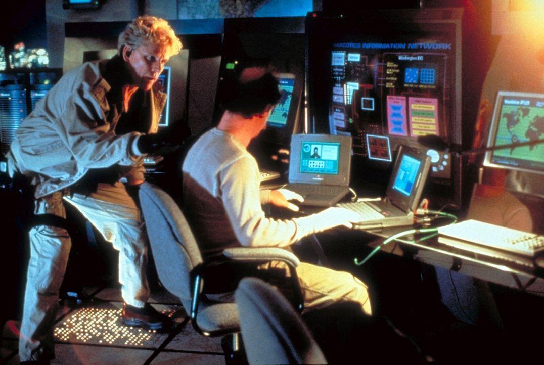 Ohne den Top-Computerhacker Earl Leedy (Michael Jeter, r.) kann Ty Moncrief (Gary Busey, l.) seinen großen Coup nicht landen ... - Bildquelle: Paramount Pictures